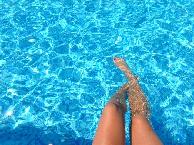 Ženské nohy ponorené vo vode.jpg