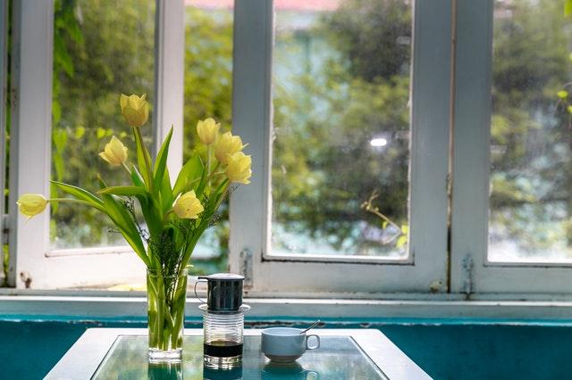 Váza s tulipánmi pred pootvoreným oknom.jpg