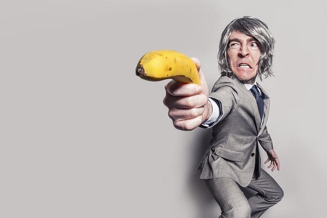 muž mieri banánom.jpg