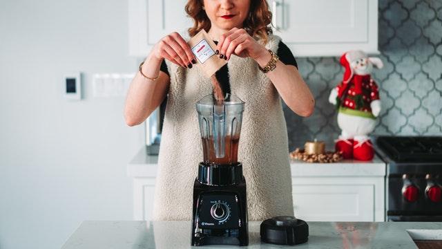 Žena pripravuje v mixéri jedlo z prášku.jpg