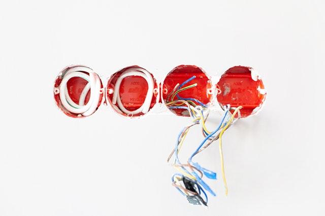 elektrické káble v stene.jpg