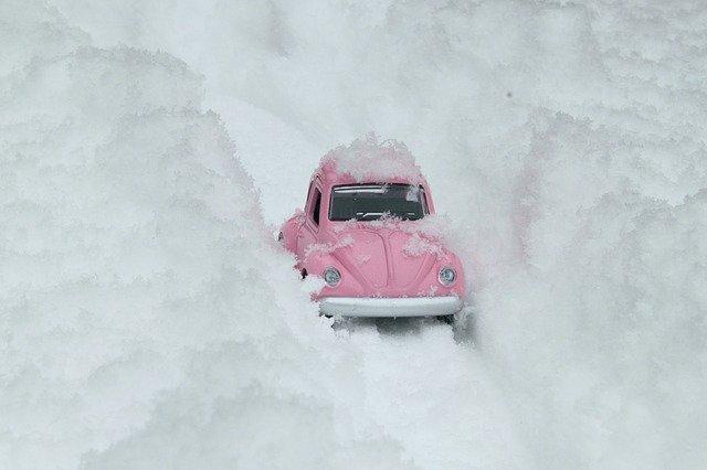 Model ružového auta medzi snežnými závejmi.jpg