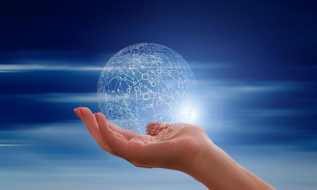 Človek drží v ruke priehľadnú guľu so sieťou.jpg